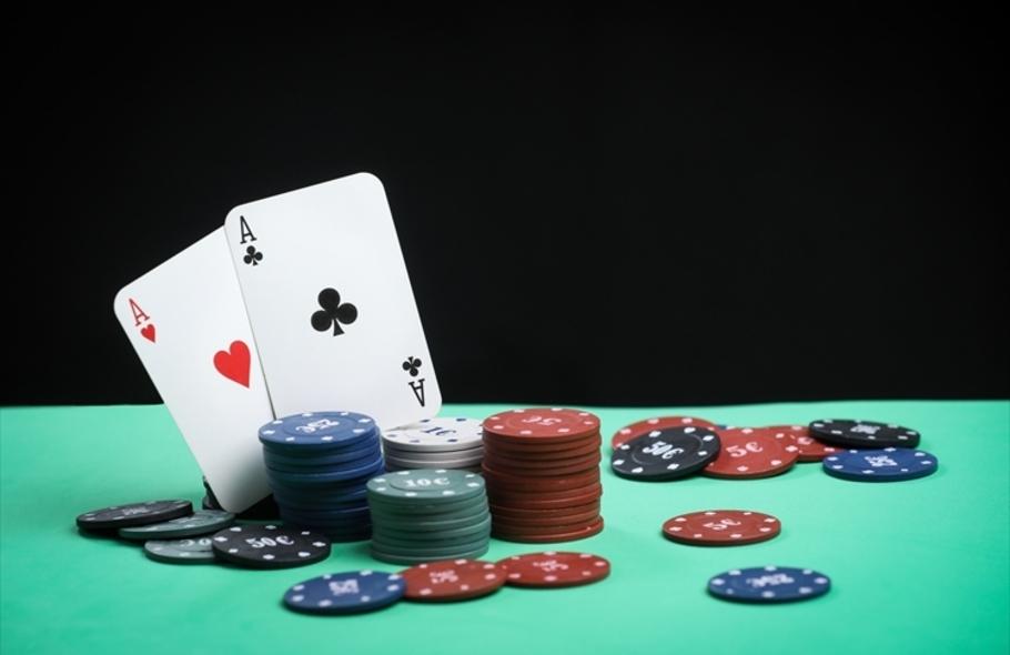 ポーカーのブラフはどのように使う?見破る方法や騙すための極意を徹底解説サムネイル