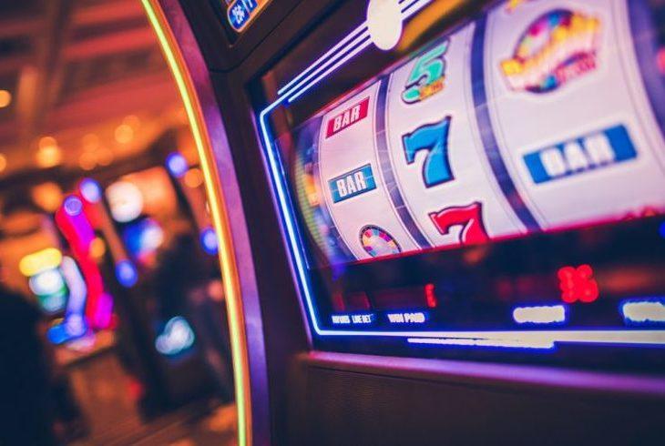 パチスロとカジノの違いとは?オンラインカジノで遊べる名作ゲームもご紹介のサムネイル