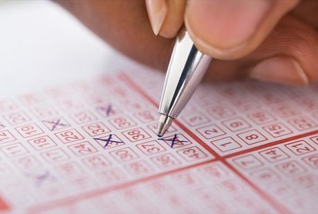 ロト6の当選確率とは?賭け方や攻略法、オンラインカジノで買える海外の宝くじも紹介のサムネイル