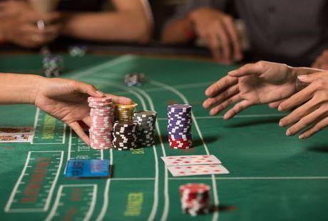 バカラ賭博が違法になる理由とは?オンラインカジノのバカラが合法な理由も解説のサムネイル